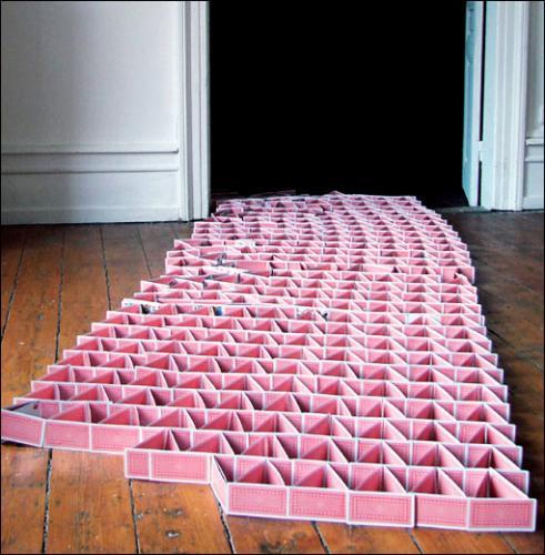 Audrey Martin, Réussite, 2009. Installation in situ, 1000 cartes à jouer. 290 x 85 cm. en collaboration avec Audrey Meline