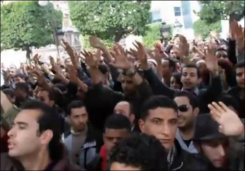 Anonyme, Manifestation à Tunis pour le départ du Président Ben Ali, le 14 janvier 2011. Extrait d'une vidéo diffusée sur YouTube.
