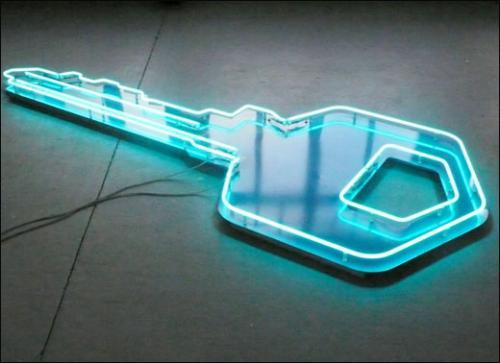 Rada Boukova, De l'illusion, 2010. Néon, aluminium, cables électriques, transformateur. 295 x 95 x 10 cm.