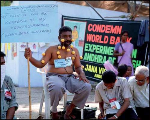 Bruno Serralongue, Condemn World Bank, WSF, Mumbai, 2004. Série «World Social Forum», Mumbai. Tirage Ilfochrome sur aluminium. 127,5 x 158,5 cm.