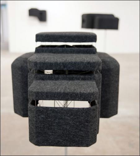 Sylvie Ungauer, Bunker-Burqa, 2011. Feutre, molleton, métal. Dimensions variables.