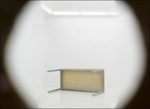 Ryan Gander, An exercise in cultural semaphore (the space before this one), 2012. Vieille boîte à chaussure trouée et accrochée à un mur.