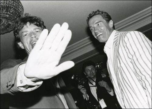 Jean Pigozzi, Mick Jagger et Arnold Schwarzenegger, Hôtel du Cap, Antibes (détail), 1990. Photo. 27,9 x 35,6 cm. Centre Pompidou, Paris/CCAC, © Jean Pigozzi / Centre Pompidou, Mnam-Cci. Courtesy CAAC – The Pigozzi Collection