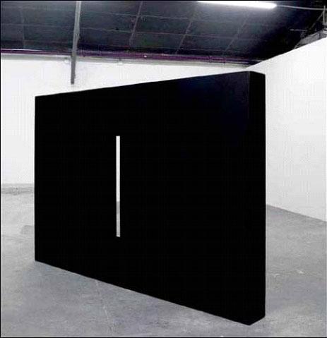 Nicolas Milhé, Meurtrière, exposition Casus belli, 2009. Monolithe en béton.