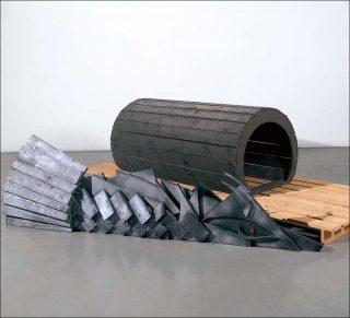 Sleeping Monster (Le monstre endormi), 1986. Installation au sol, Thomas Schütte