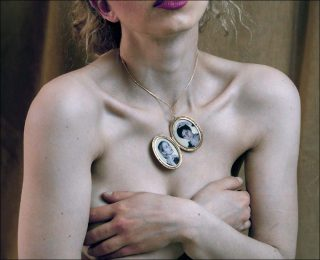 Lisa De Boeck et Marilène Coolens, Unlocking the Locket ( série Somewhere Under The Rainbow) (détail), 2017.