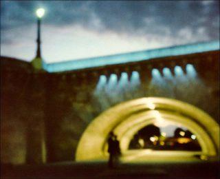 Jorge Rivas-Rivas, Couple sous le Pont de la Tournelle, Paris, 2005.